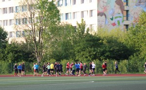 Große Gruppe rennt aufm Sportplatz